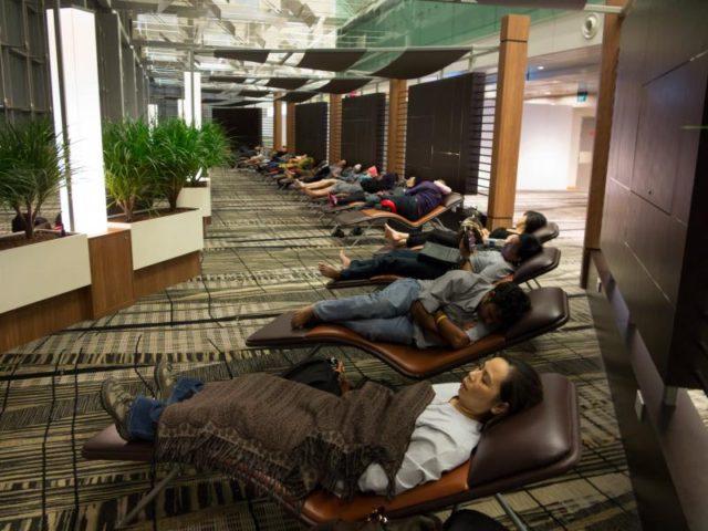 havaalanında uyumak